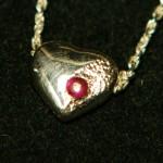 Herz aus 925 Sterlingsilber mit Rubin